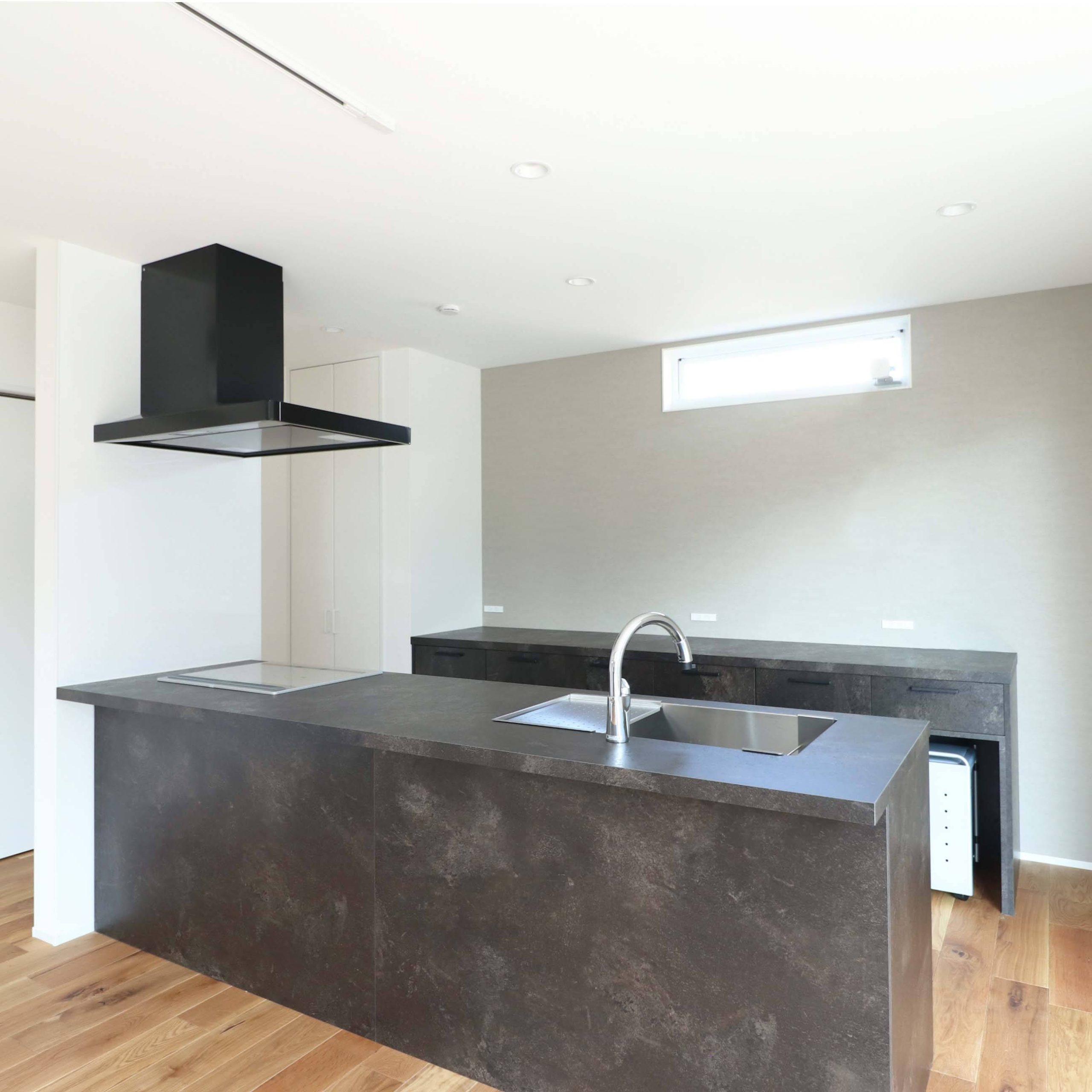 シンプルモダンな注文住宅の完成見学会のキッチン