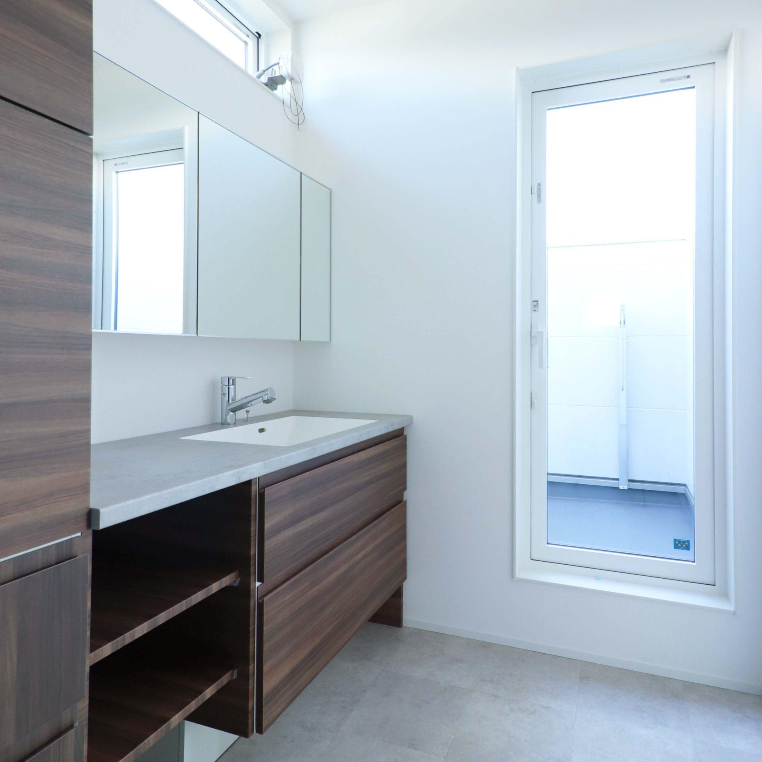 シンプルモダンな注文住宅の完成見学会の洗面台