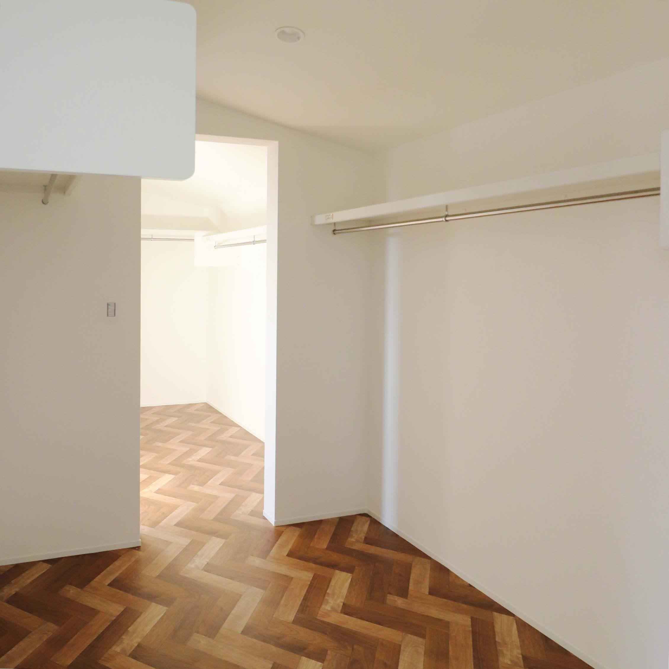 シンプルモダンな注文住宅の完成見学会のウォークインクローゼット
